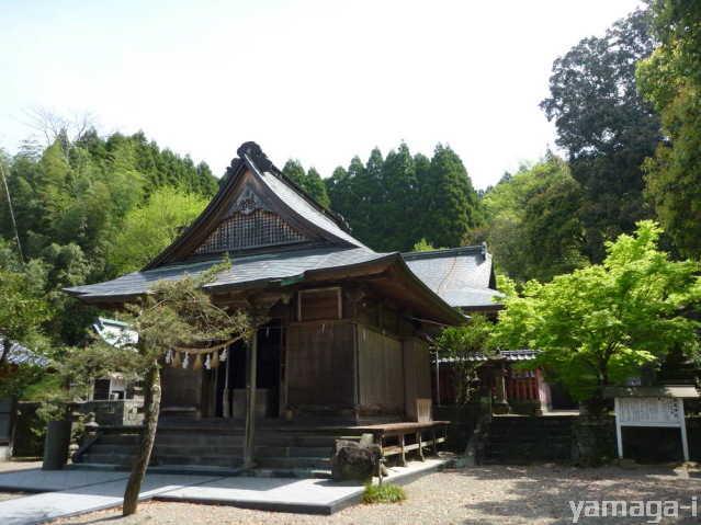 松尾神社の拝殿と神殿
